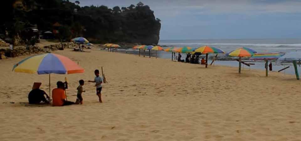Lebih Asyik Main di Pantai Pok Tunggal