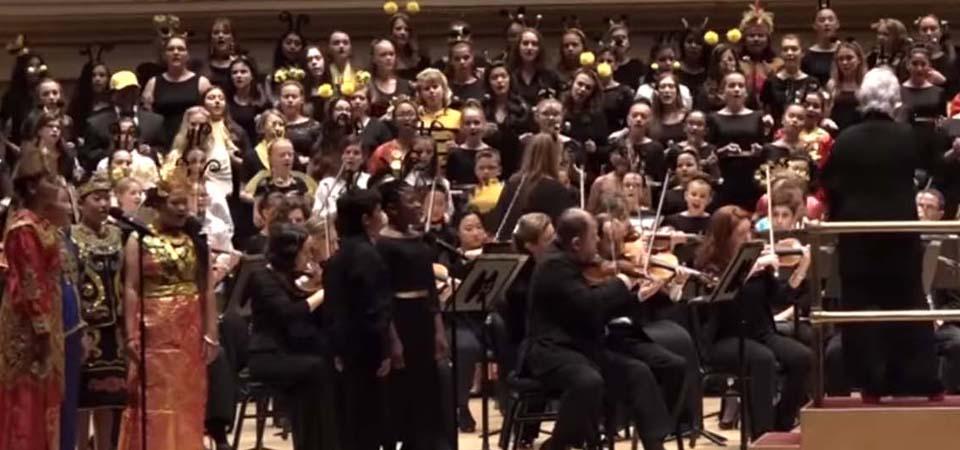 Purwa Caraka Music Studio (PCMS) Children Choir saat tampil di Carnegie Hall. Mereka  ambil bagian pada konser Distinguished Concerts International New York (DCINY), 17 Juni 2017. (Screenshot video VOA)
