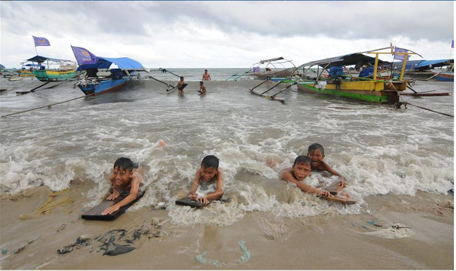 Asyiknya Anak-anak Berselancar di Pantai Bantayan