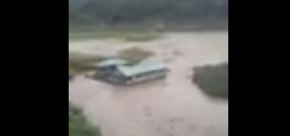 Banjir Hanyutkan Rumah Makan