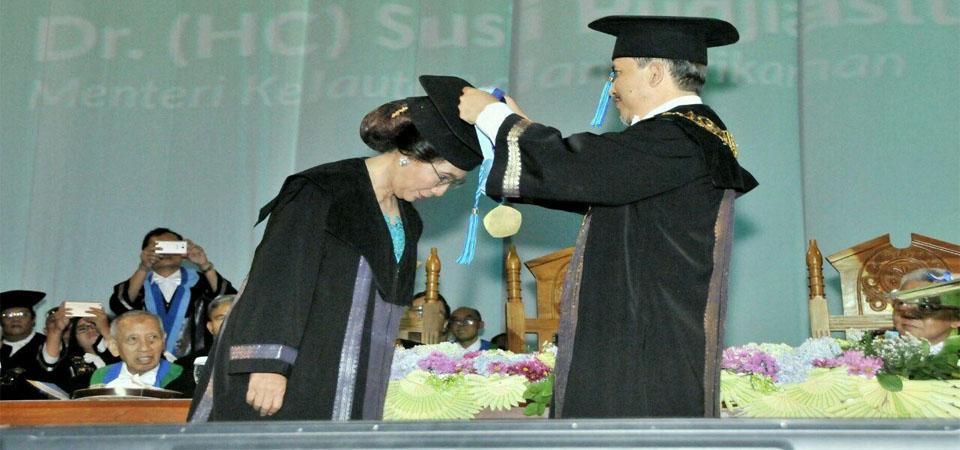 Lagi, Menteri Susi Terima Gelar Doktor HC