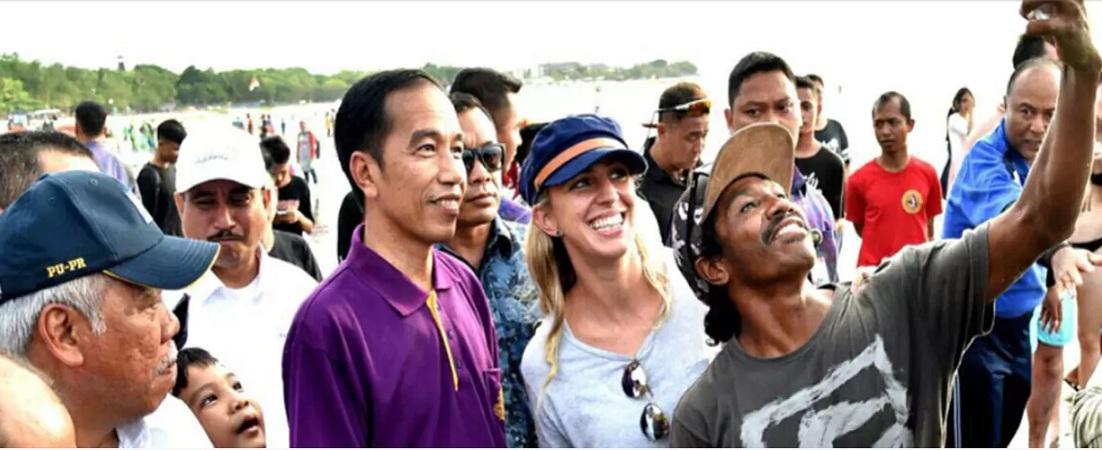 Turis Cantik, Ajak Jokowi Selfie di Pantai Kuta