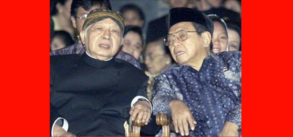 Sarung Gus Dur dan Cangklong Soeharto