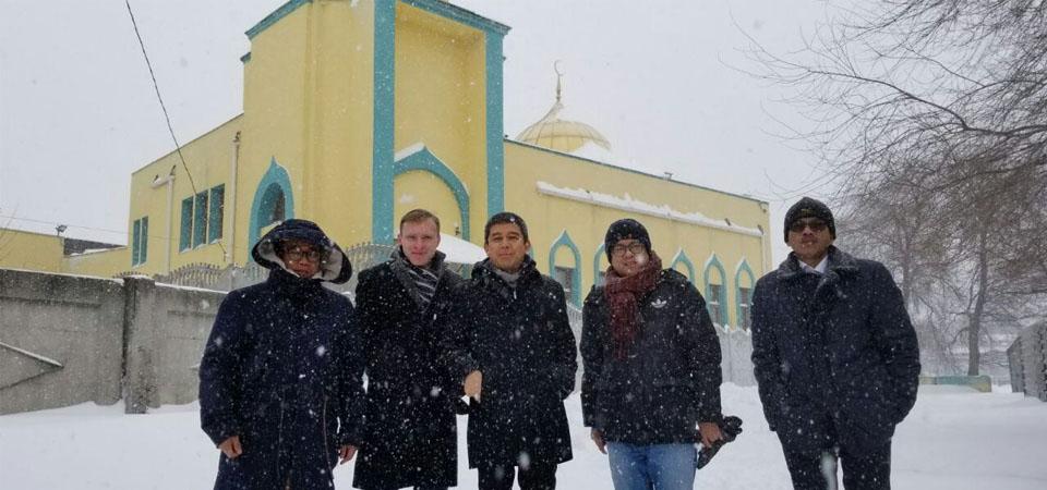 Dubes Yuddy Membersihkan Mobil Imam Mesjid di Kharkiv