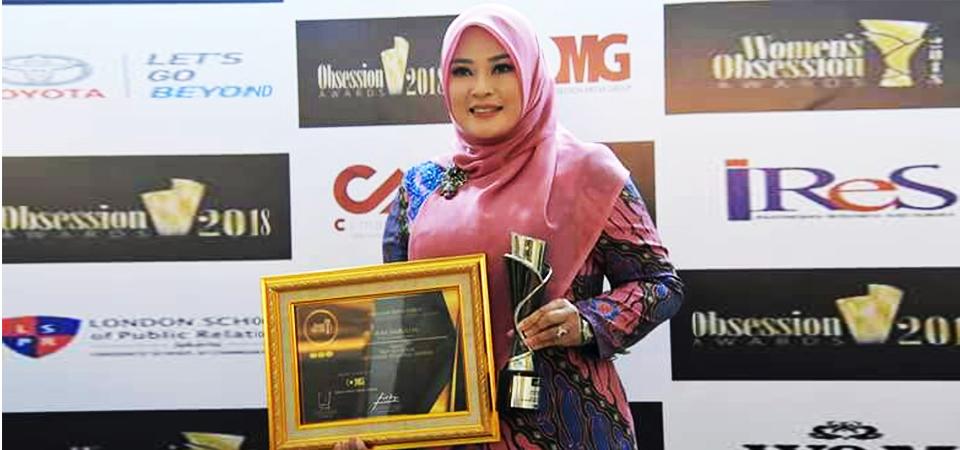 "Bupati Irna Terima Penghargaan ""Best Woman Regional Leader"""