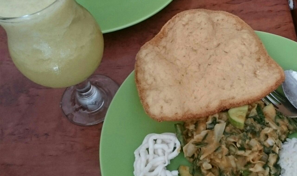 Makan Lotek Ditemani Juice Kedondong
