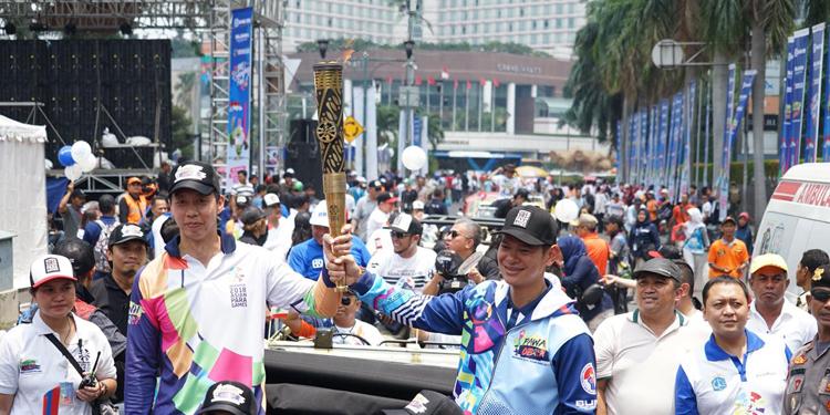 Lautan Manusia Sambut Pawai Obor Asian Para Games di Jakarta