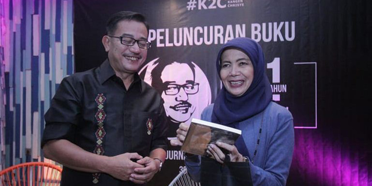 Ferry berikan buku kepada Yanti Noor—foto dudut