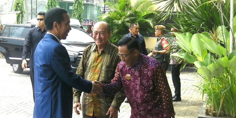 Presiden Jokowi Nikmati Sajian Santap Siang di Restoran Simpang Tiga