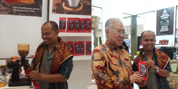 Ramlan bangga memamerkan kopinya bersama Menteri Enggartiasto Lukito