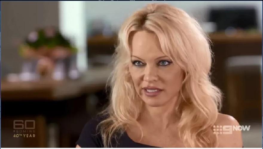 """Pamela Anderson Blak-blakan Bicara """"Perjuangan Romantisnya"""" dengan Julian 'Wikileaks' Assange"""