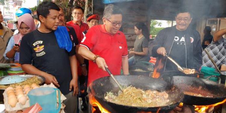 Promosikan Kuliner Lokal, Hasto dan Djarot Masak Mie Balap Krakatau Medan