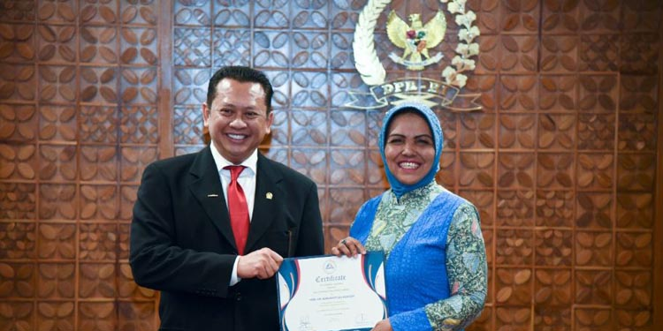Nurhayati Assegaf Terima Penghargaan AIPA Distinguished Service Award 2018