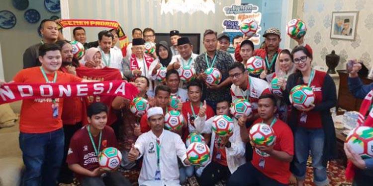 Rombongan Suporter Sepakbola Datangi Kediaman KH Maruf Amin