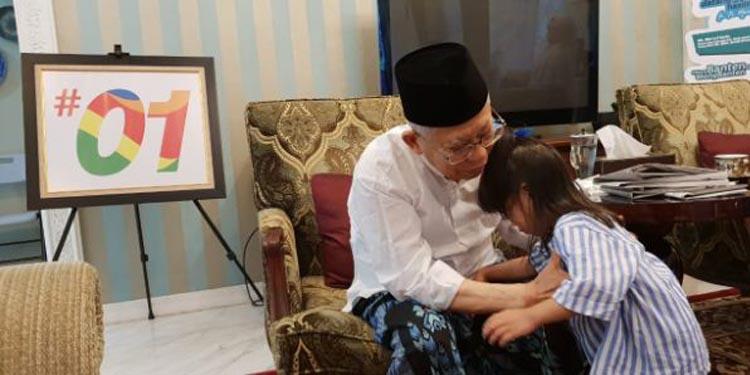 Aktivitas Santai KH Ma'ruf Amin: Baca Koran dan Main dengan Cucu