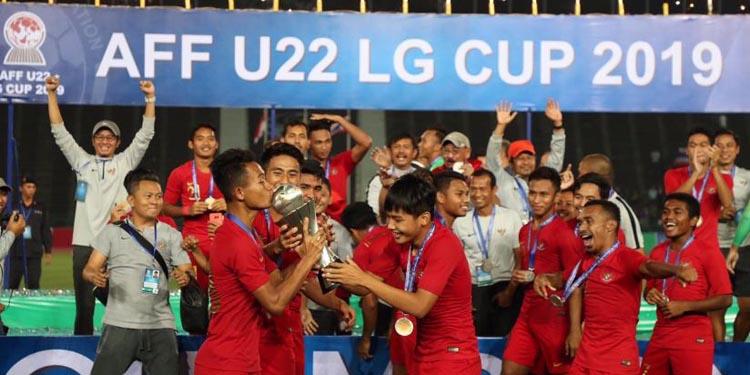 Timnas Piala AFF U 22 Indonesia bergembira-ria setelah menerima piala kemenangan–foto kemenpora
