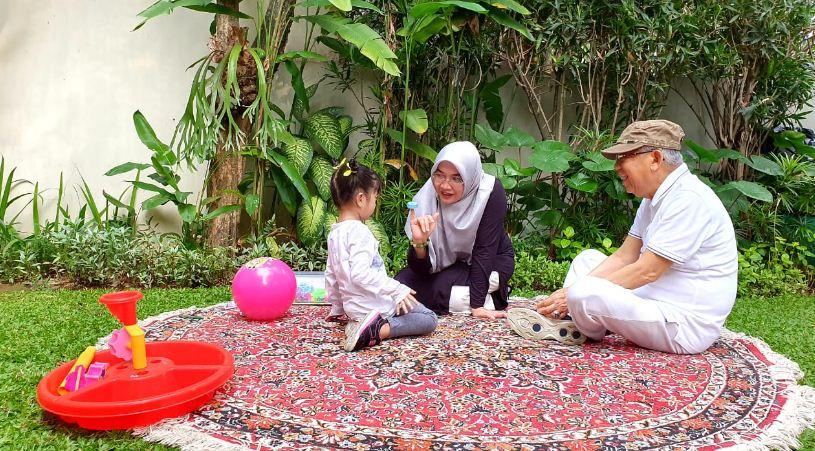 Ma'ruf Amin dan Cucu Santai di Taman Kodok