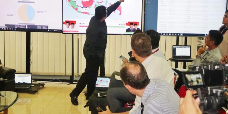 Ketua  TKN Erick Thohir memberi penjelasan pada puluhan jurnalis asing peliput Pemilu Indonesia di War Room TKN, Selasa 30/4/2019–foto istimewa