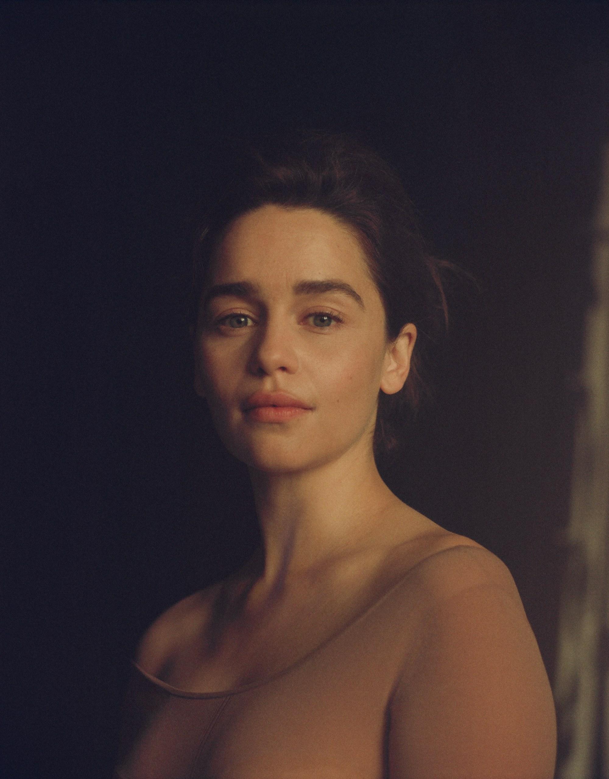 """Emilia Clarke, bintang """"Game of Thrones"""" yang Dua Kali Lolos Dari Kematian"""