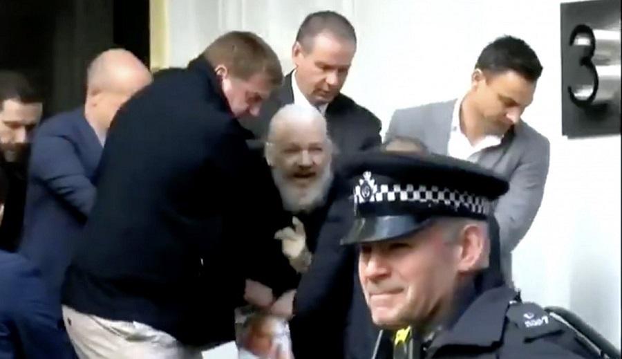 Pendiri WikiLeaks Diseret Polisi dari Kedutaan Ekuador