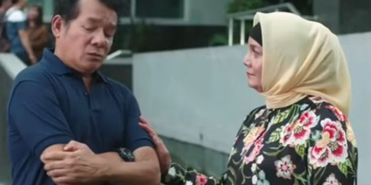 Mathias Mucus dan Christine Hakim dalam film 'Bumi Itu Bulat'—gambar istimewa