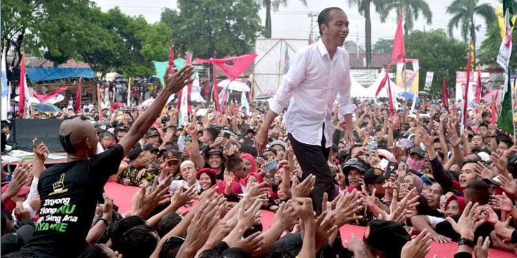 Diguyur Hujan Deras di Tegal, Jokowi: Jaga Semangat Sampai 17 April