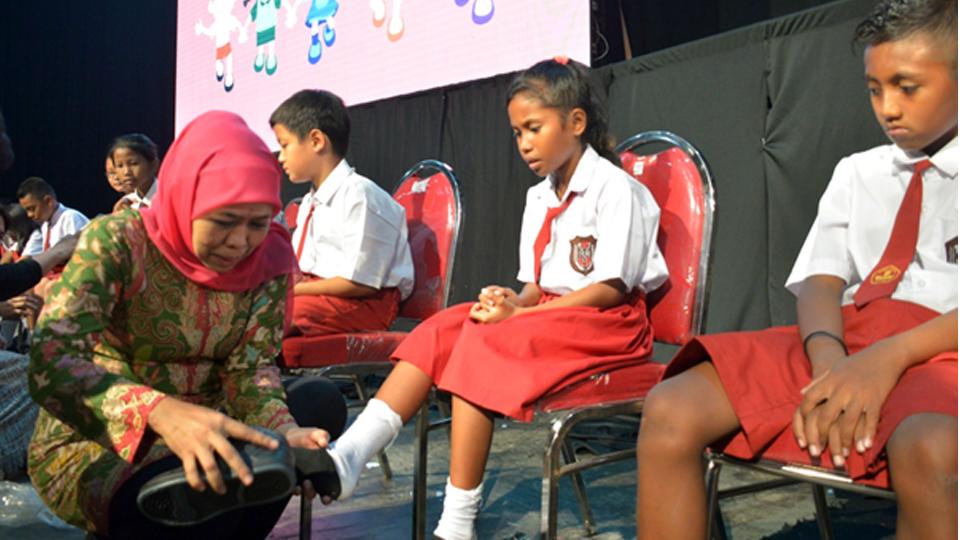 Gubernur Khofifah Pakaikan Sepatu ke Siswa Dengan Lembut