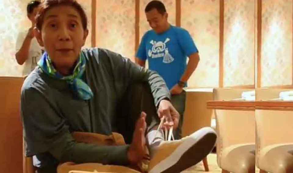 Keren! Sneakers Menteri Susi Terbuat dari Limbah Botol Plastik