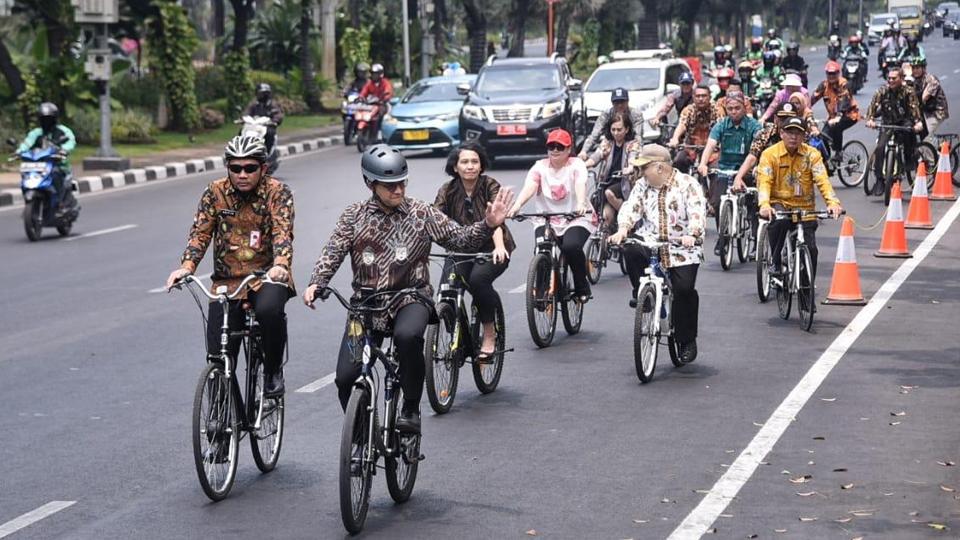 Bersepeda dan Berbatik ala Gubernur Anies