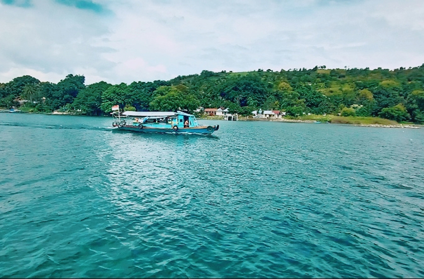 Going around Sibandang Island by motor boat. (photo: monang sitohang)