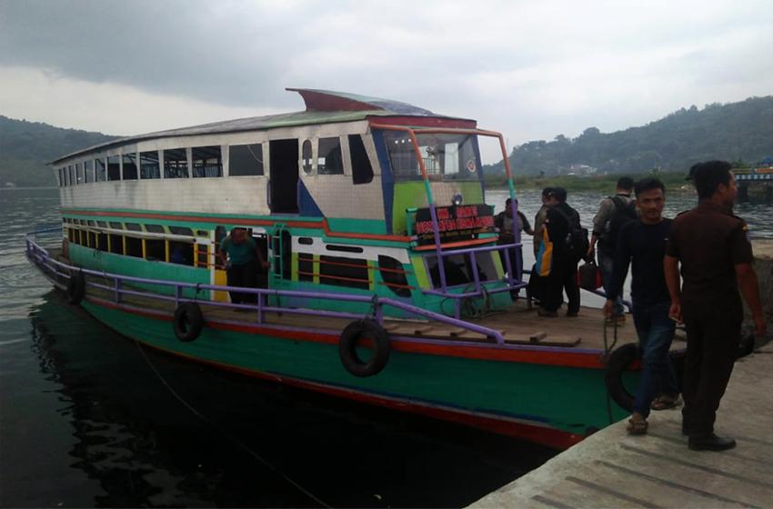 KM Crespo's yang membawa rombongan Kemah Pers Indonesia dari pelabuhan Muara ke Pulau Sibandang. (foto: roso daras)