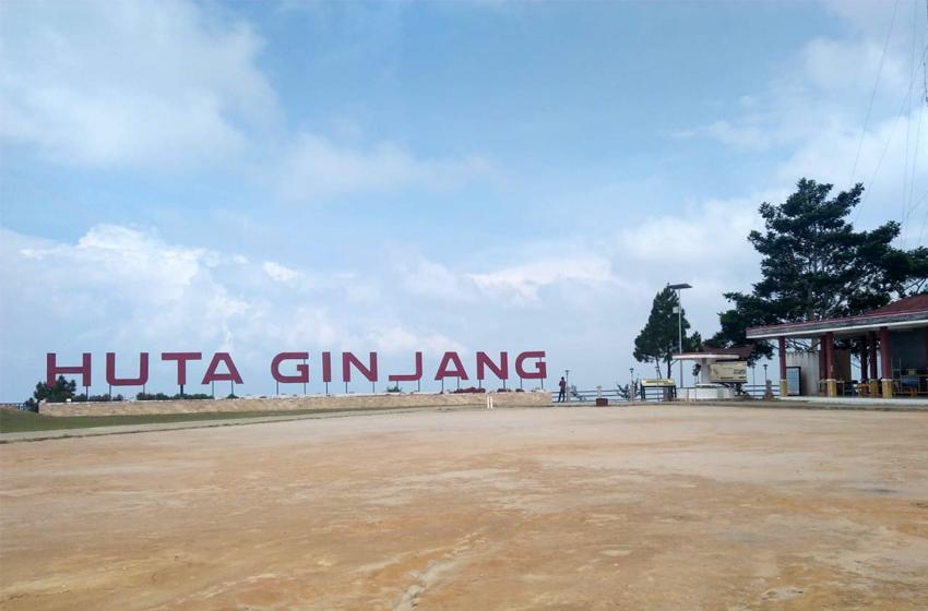 Spot Huta GInjang, 15 menit dari Bandara Silangit, Tapanuli Utara. Hamparan tanah bercampur pasir kuarsa yang unik. (foto: roso daras)