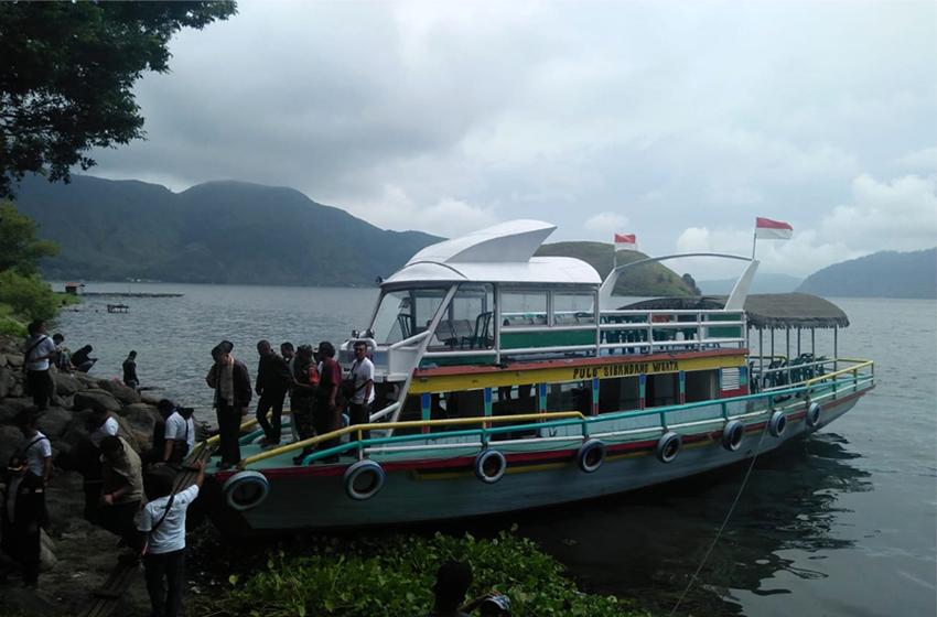 KM Sari Roma, berkeliling Pulau Sibandang, Danau Toba. (foto: roso daras)
