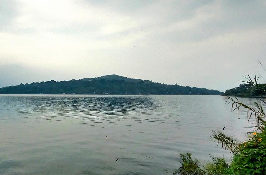 Pulo Sibandang terlihat dari penyebrangan Fery di Desa Untemungkur, Kecamatan Muara. (Foto. Monang Sitohang)