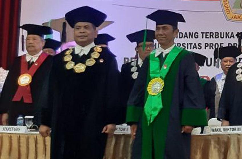 Rajab Ritonga (kanan), dikukuhkan sebagai Guru Besar Ilmu Komunikasi Universitas Moestopo, Selasa (10/12/2019)—foto istimewa