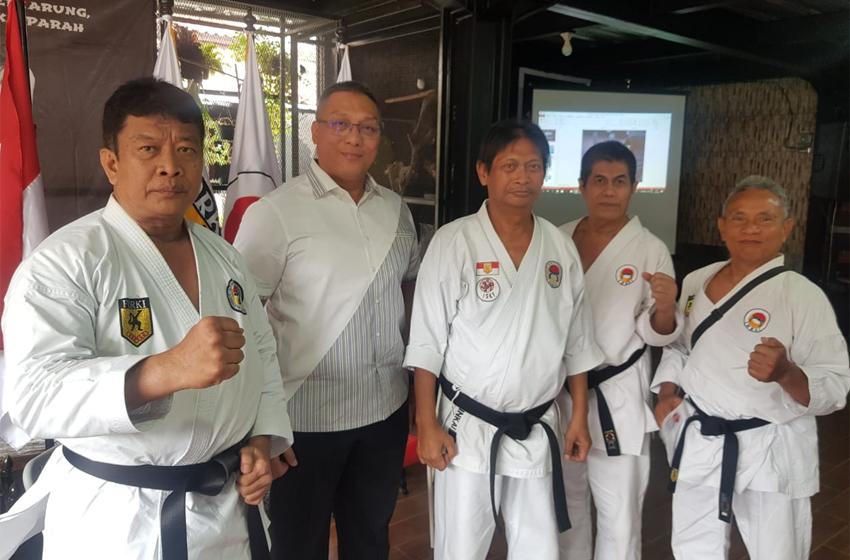 """Pemilik Dojo Renzo Prof Hermawan """"Kikiek"""" Sulistyo, bersama Ketua Umum PP Inkai dan tiga orang guru besar Inkai. (foto: taryono)"""