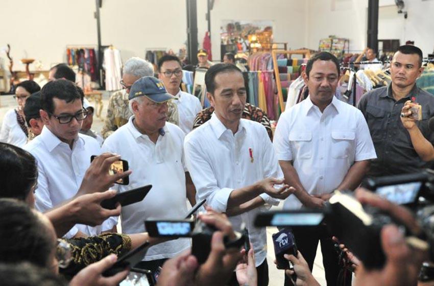 Presiden Jokowi didampingi sejumlah pejabat menjawab wartawan usai meninjau Revitalisasi Pasar Lama, di Semarang, Jateng, Senin (30/12) pagi. (Foto: Jay/Humas)