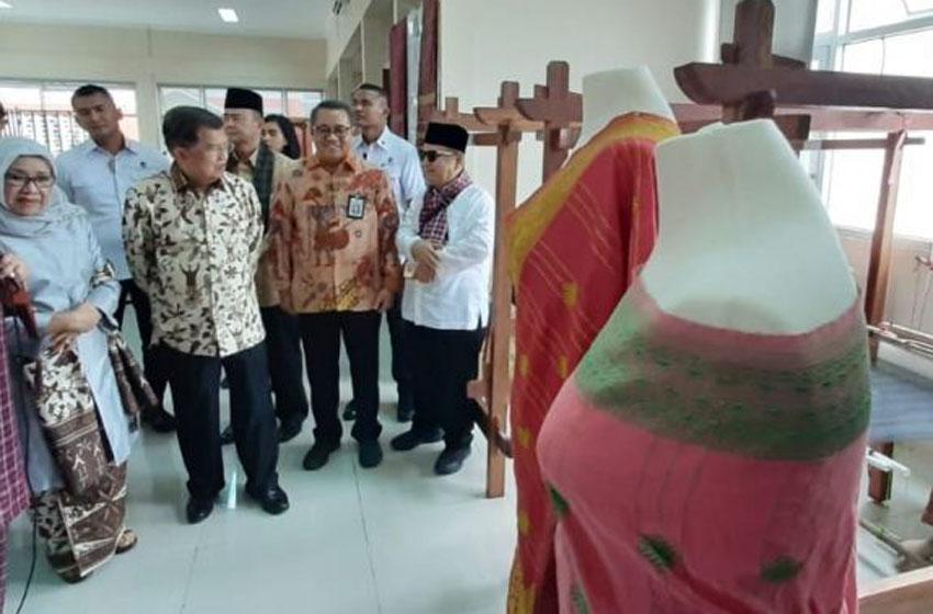 Mantan Wapres Jusuf Kalla resmikan Rusunawa Akademi Sentra Tenun di Tanah Datar, Sumbar, Jumat (06/12/2019). (Foto: Kementerian PUPR)