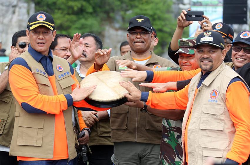Kepana BNPB Doni Monardo (kiri) bersama pada pejabat undangan, menabuh perkusi Aceh, meresmikan program Keluarga Tangguh Bencana (Katana), di Pasie Jantang, Lhoong, Aceh Besar. (foto: BNPB)