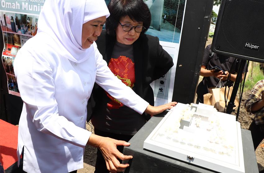 Khofifah Indar Parawansa Gubernur Jatim bersama Suciwati istri dari Alm Munir meninjau langsung maket rencana pembangunan Museum HAM Munir di Kota Batu. (Foto: Humat Jatim)