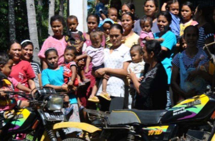 Para ibu dan balita di Posyandu, usai mengikuti acara sosialisasi kesehatan. (foto: koleksi mansetus)