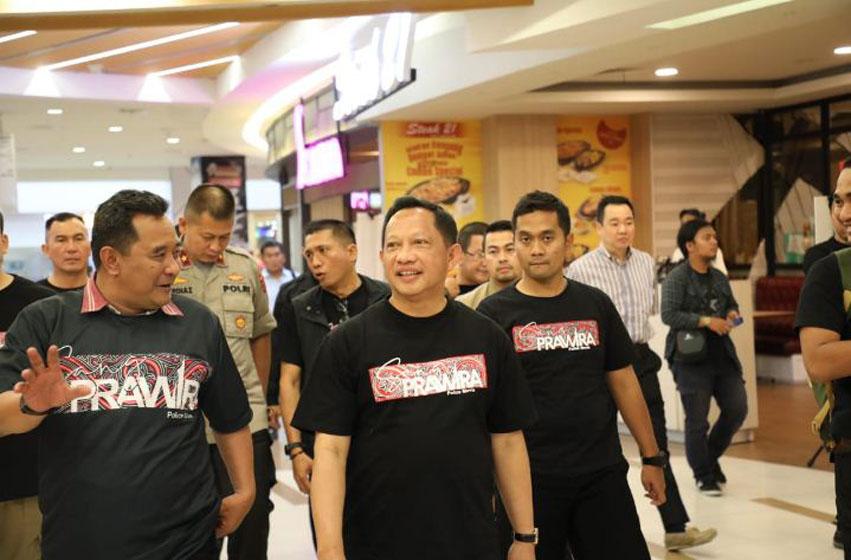 Menteri Dalam Negeri Tito Karnavian nonton film 'Sang Perwira' di XXI Mall Centre Point Medan, Sumatera Utara, Selasa (10/12/2019)—foto puspen kemendagri