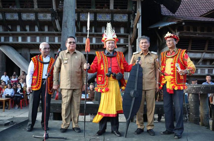 Menteri Dalam Negeri Prof.H.M. Tito Karnavian, Ph.D menerima Gelar Kehormatan Tuha Gari Sifaoma Bawa dari Tokoh Adat Nias, Senin (9/12/2019)