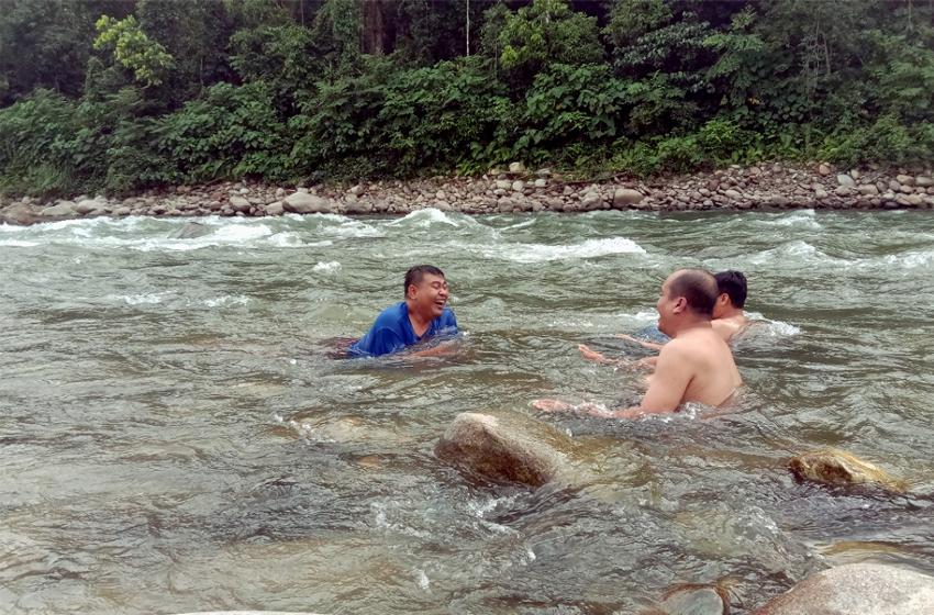 Sensasi Berendam di Sungai Alas