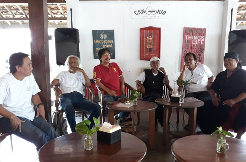 Azwar AN (ketiga dari kanan) bersama anggota Teater Alam. Dari kiri: Eddy Geblenk,Meritz Hindra, Roso Daras, Gola Bustaman, Gde Mahesa. (foto: erna azmita AN)