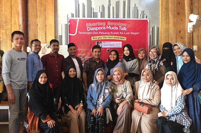 Said Achmad Kabiru Rafiie foto bersama para diaspora panitia di acara Sharing Session Diaspora Muda Talk. (Foto ist)
