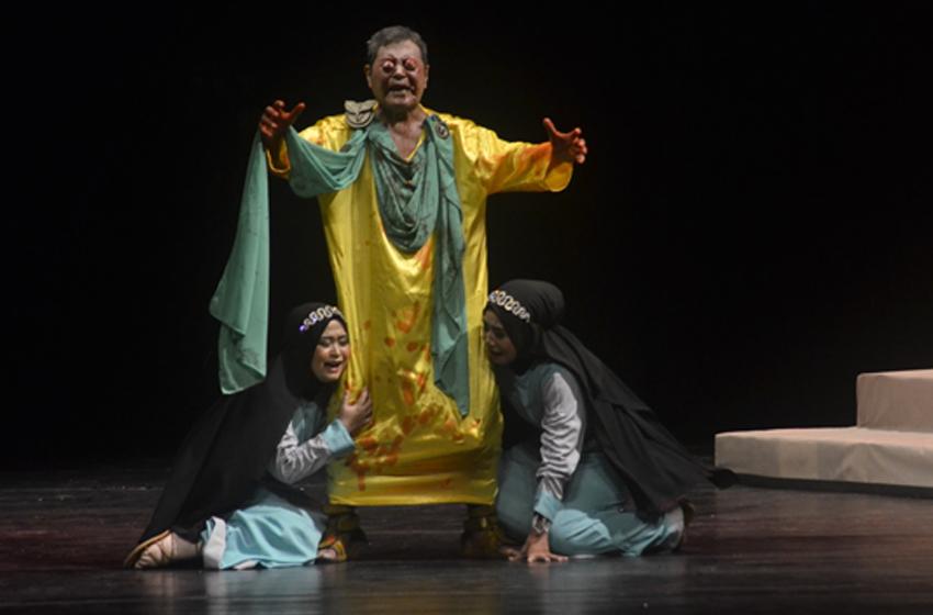Ismene dan Antigone meratapi nasih Oedipus, ayahnya. (foto: richa amalia)