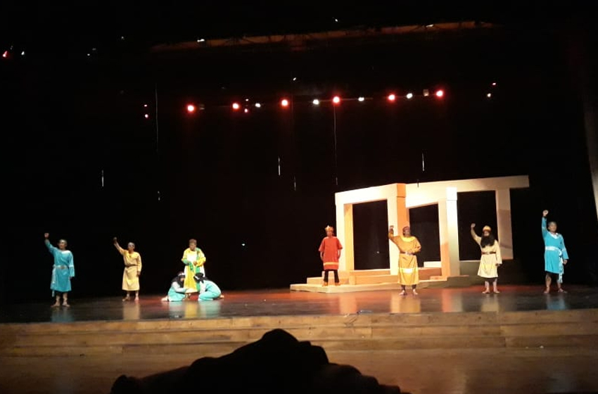 "Latihan ""Gladi Resik"", Jumat tadi malam di Concert Hall, Taman Budaya Yogyakarta. (foto: erna azmita an)"