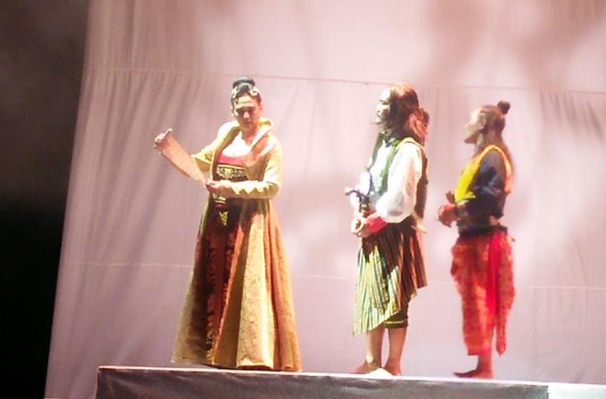 Sha Ine Febriyanti (Ratu Dara), Whani Darmawan (Panji Reso), dan Jamaluddin Latif (Pangeran Rebo), saat gladi resik tadi malam. (foto: roso daras)