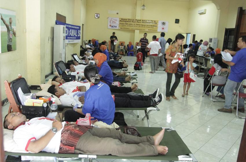 Kegiatan donor darah tahun lalu bertempat di kantor PWI Jatim.(foto: dok PWI Jatim)